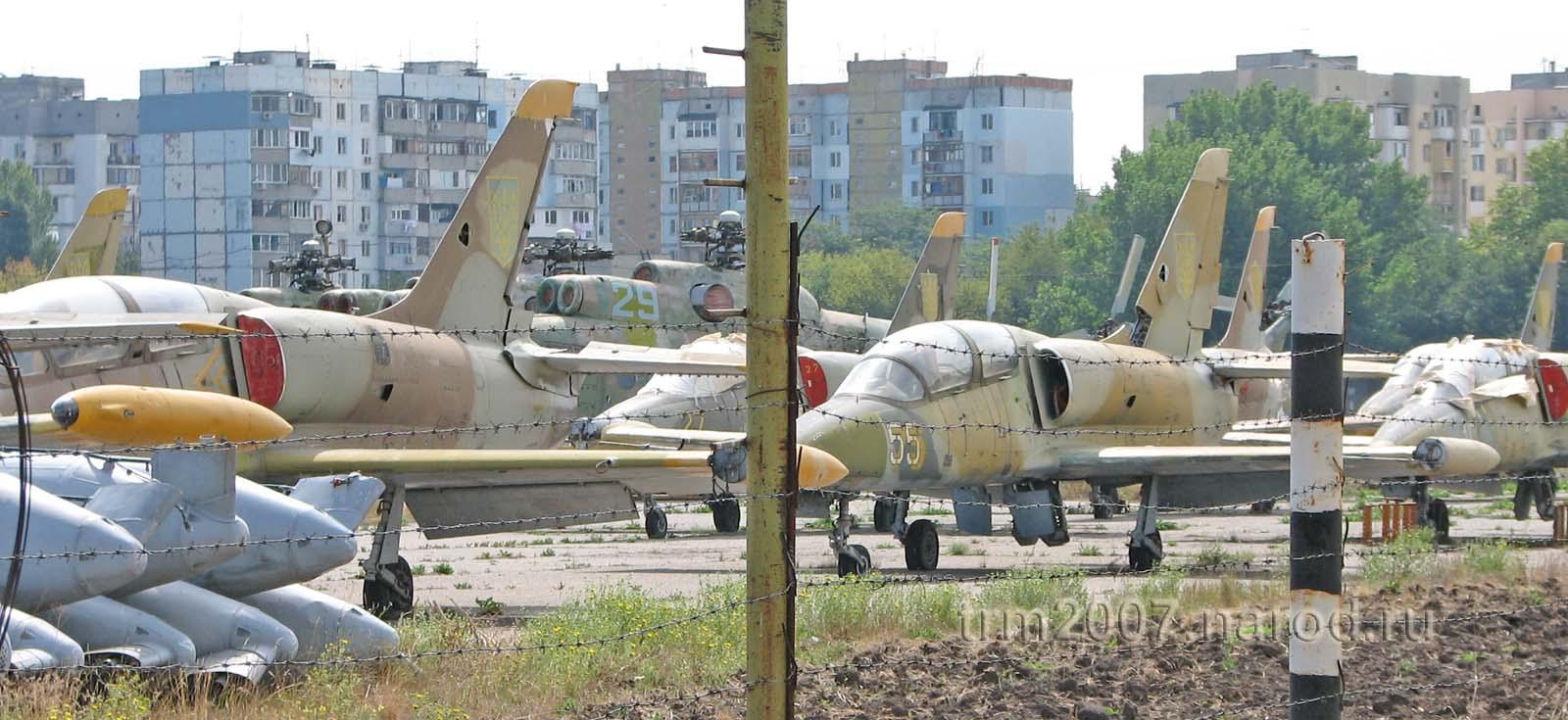Вертолеты МИ-8 и МИ-6 на Школьном аэродроме в Одессе